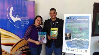 Intercambio de revistas entra la presidenta de la AEGH y el presidente de la APH.