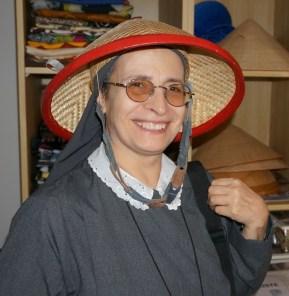 Sr. Joanna informiert sich beim GMÖ über die Ökumenearbeit