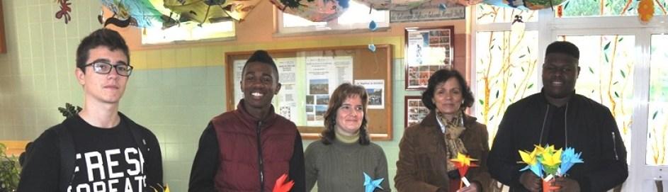Pessoas com flores de papel no átrio da escola