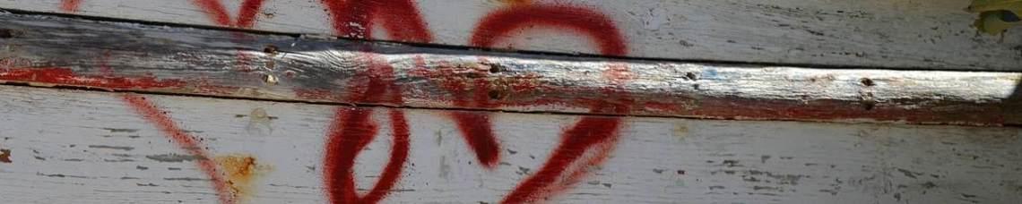 Dois corações vermelhos pintados numa vedação
