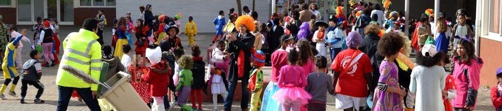 Crianças mascaradas no Carnaval no pátio da escola