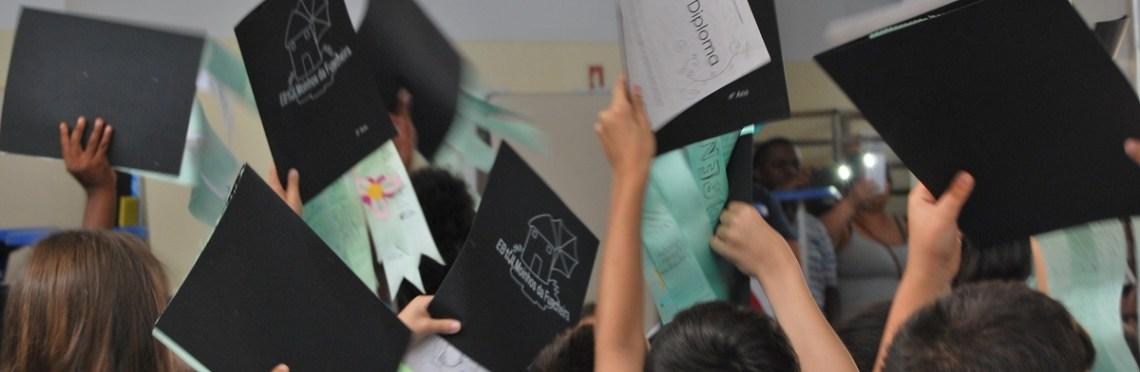 Alunos erguem diplomas no ar
