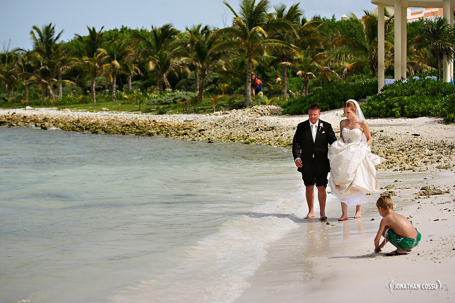 Kids playing in the sand. Kids at weddings by Jonathan Cossu Photographer at Grand Palladium Mexico