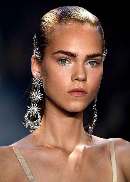 Bold eye-brows beauty trend 2018