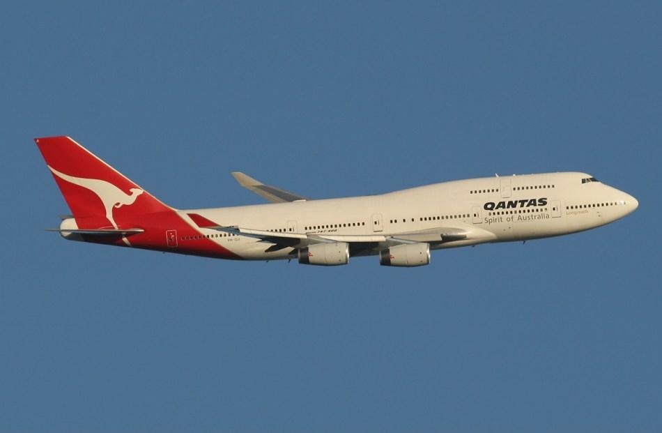 Qantas_Boeing_747-400_leaving_Perth_Airport_Monty-1