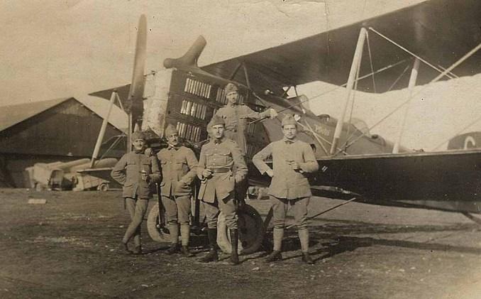 Louis Greuet, au centre, devant un Breguet 14 de la Br 226.