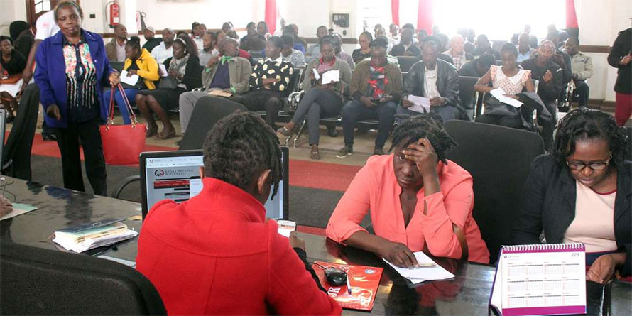 Taxpayers queue to file tax returns