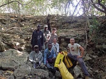 A equipa de espeleologia da AESDA com o ranger Sérgio Amaral do PNG e elementos da população que indicaram grutas na região de Nhaciquideze