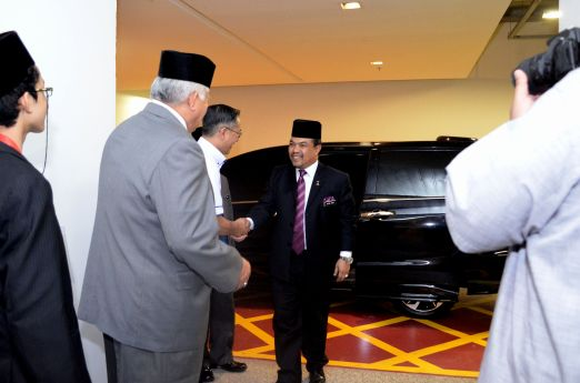 MUAFAKAT's vice-president, A. Karim Omar greeting Malaysian minister of Islamic Affairs, YB Mejar Jeneral (B) Dato' Seri Jamil Khir Baharom at the Wacana Liberalisme: Agenda Jahat Illuminati, Kompleks Islam Putrajaya, 17th January 2017.