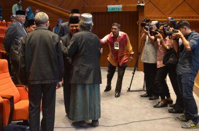 MUAFAKAT's president Ustaz Ismail Mina Ahmad greeting Malaysian minister of Islamic Affairs, YB Mejar Jeneral (B) Dato' Seri Jamil Khir Baharom arriving at the Wacana Liberalisme: Agenda Jahat Illuminati, Kompleks Islam Putrajaya, 17th January 2017.