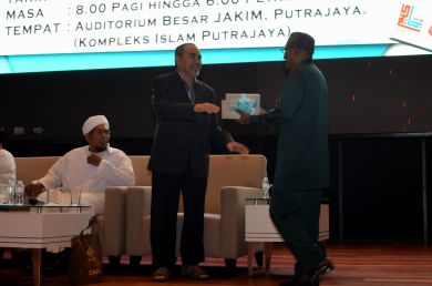 The director of the event, MUAFAKAT's Yasin Baboo (r) presenting a souvenir to Prof. Datuk Dr. Sidek Baba during the Wacana Liberalisme: Agenda Jahat Illuminati, Kompleks Islam Putrajaya, 17th January 2017.