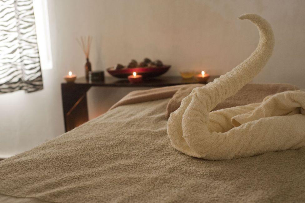 bed-bedroom-blanket-275845_comp