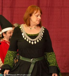 Lady Edana the Red receives a Golden Escarbuncle. Photo by Master Augusto Giuseppe da San Donato.