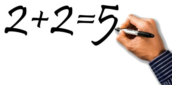 """Symbolbild: Tafelanschrieb: """"2 plus 2 = 5"""""""