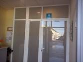 Puerta en el acceso al centro