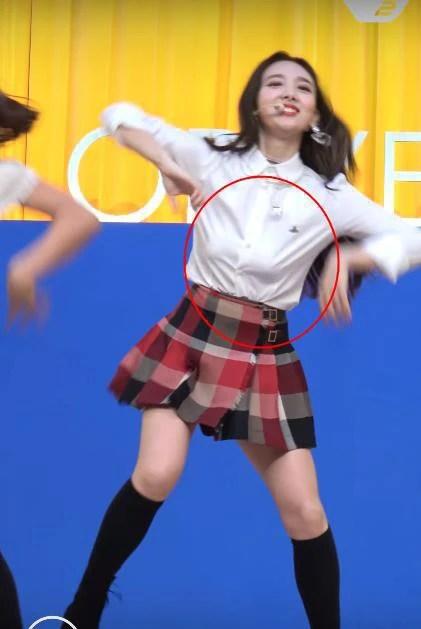 """6 sự cố trang phục """"thót tim"""" nhất của sao Hàn năm 2018: Người điềm nhiên như không, người lúng túng thấy rõ - Ảnh 7."""