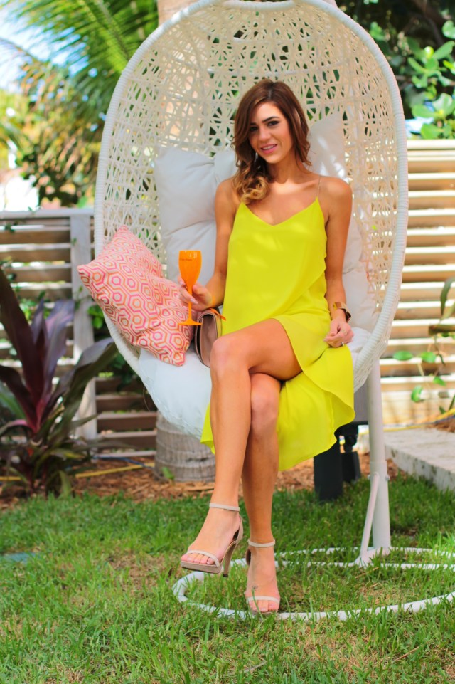 amanda tur-a fancy affair- miami fashion blogger- vccarnaval- miami beach -south beach - florida -veuve cliquot- thompson hotel -pool party- resort chic- champagne-champs- miami fashion blogger- champs- carnaval- spring summer 2015, nude pumps- gucci nude blush clutch - yellow turquoise - deep side part - curls - waves - side hair