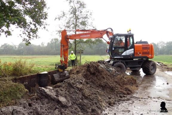 Een overbodig geworden oude stuw wordt uitgegraven