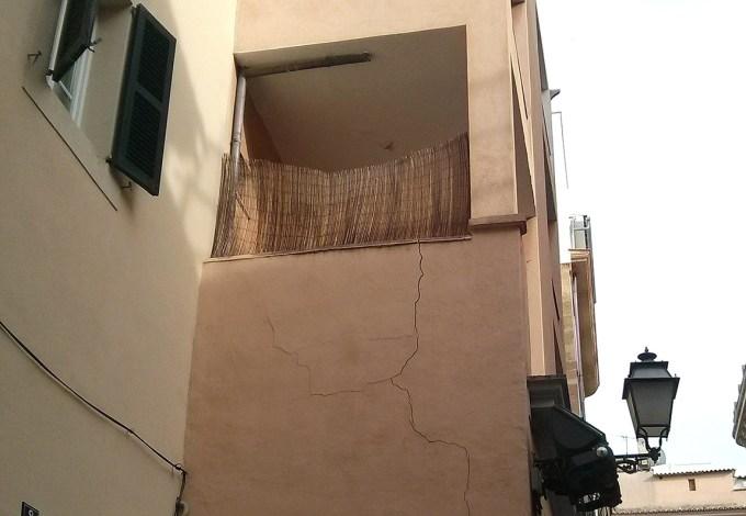 Grietas en pared externa de la fachada