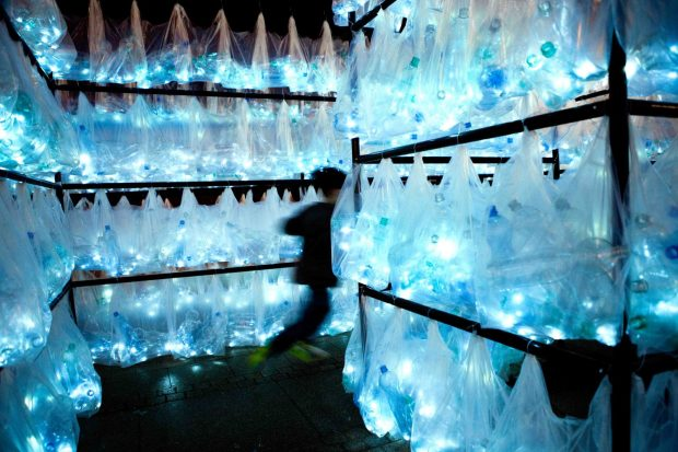 3-luzinterruptus-labyrinth-of-plastic-waste-foto-Gustavo-Sanabria-1-1500x1000