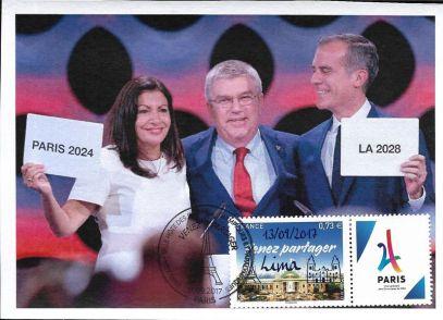 les maires de Paris et Los Angeles entourent Thomas Bach
