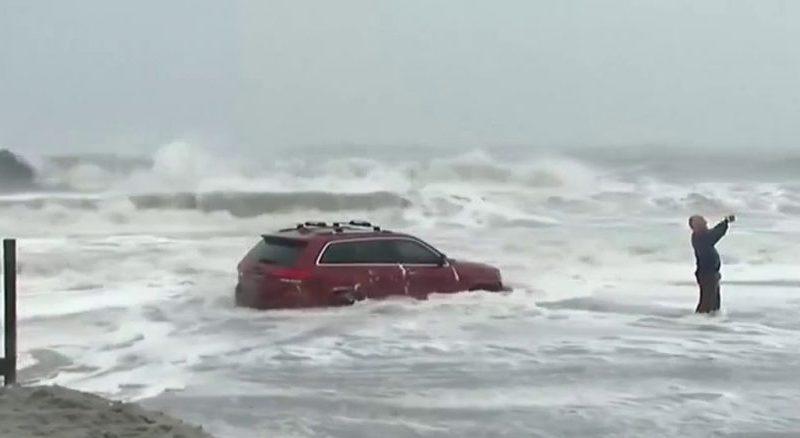 شاهد سيارة عالقة وسط الأمواج تحولت إلى معلم سياحي #إعصار #دوريان
