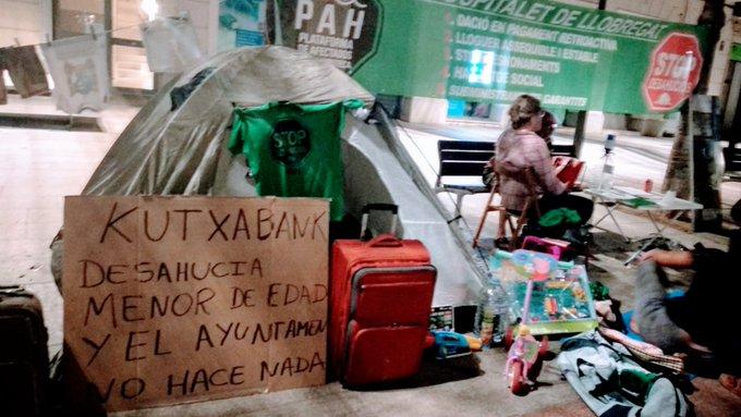 El Ayuntamiento de Hospitalet, del PSOE, vuelve a dejar a una familia vulnerable en la calle