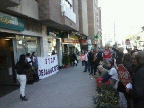 Acción Stop desahucios Granada 15M en el Záidín.
