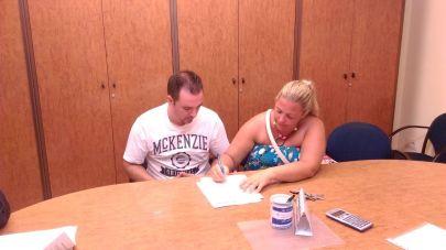 Isa y Manuel firmando. Stop Desahucios Granada 15M