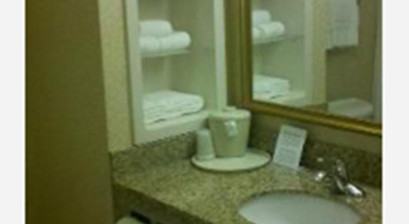 Holiday Inn Express Clanton in Clanton  AL    Room Deals  Photos     Bathroom Holiday Inn Express Clanton