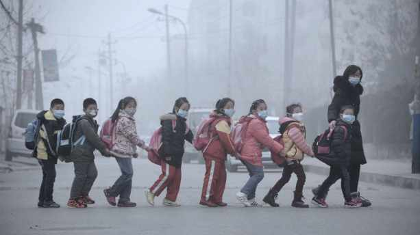 Pollution de l'air obligeant les gens à porter des masques en Chine
