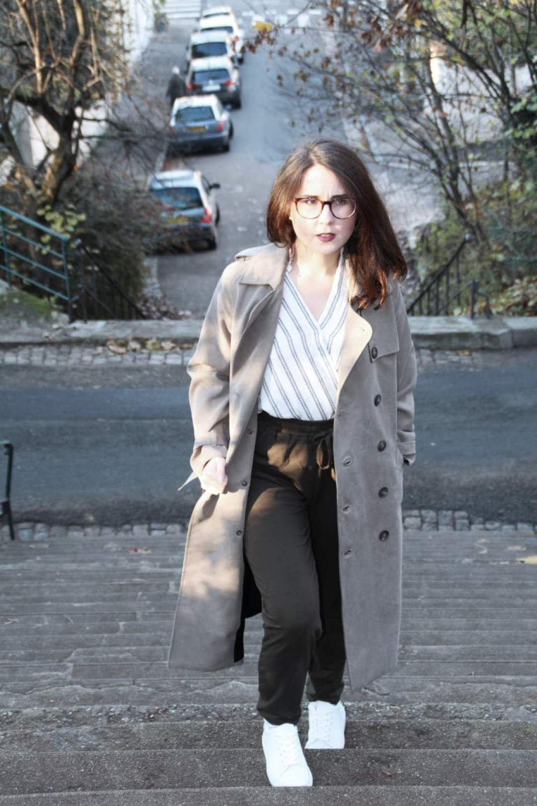 Look automnal éthique : trench Reformation, pantalon PeopleTree, blouse Lenny B made in France et sneakers blanches VEGAN Wills Vegan Shoes #ethique #vegan #ecologie #tenue #look #ootd