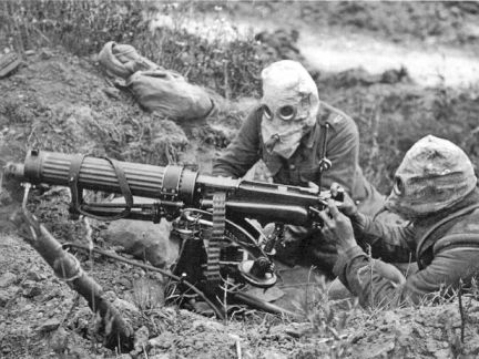 1200px-Vickers_machine_gun_crew_with_gas_masks