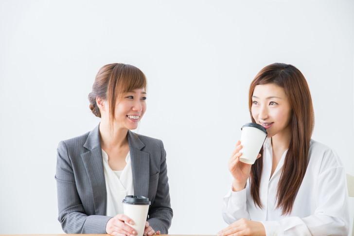 コーヒー休憩する女性2人