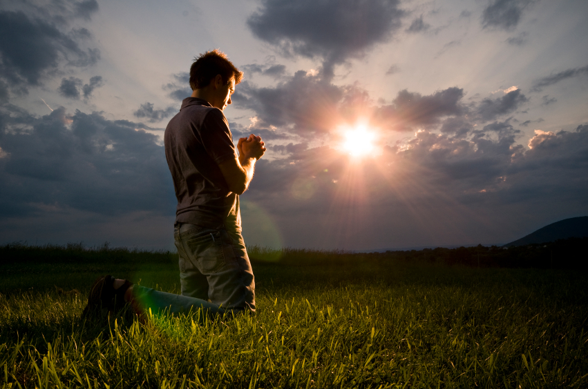 man-praying-in-field