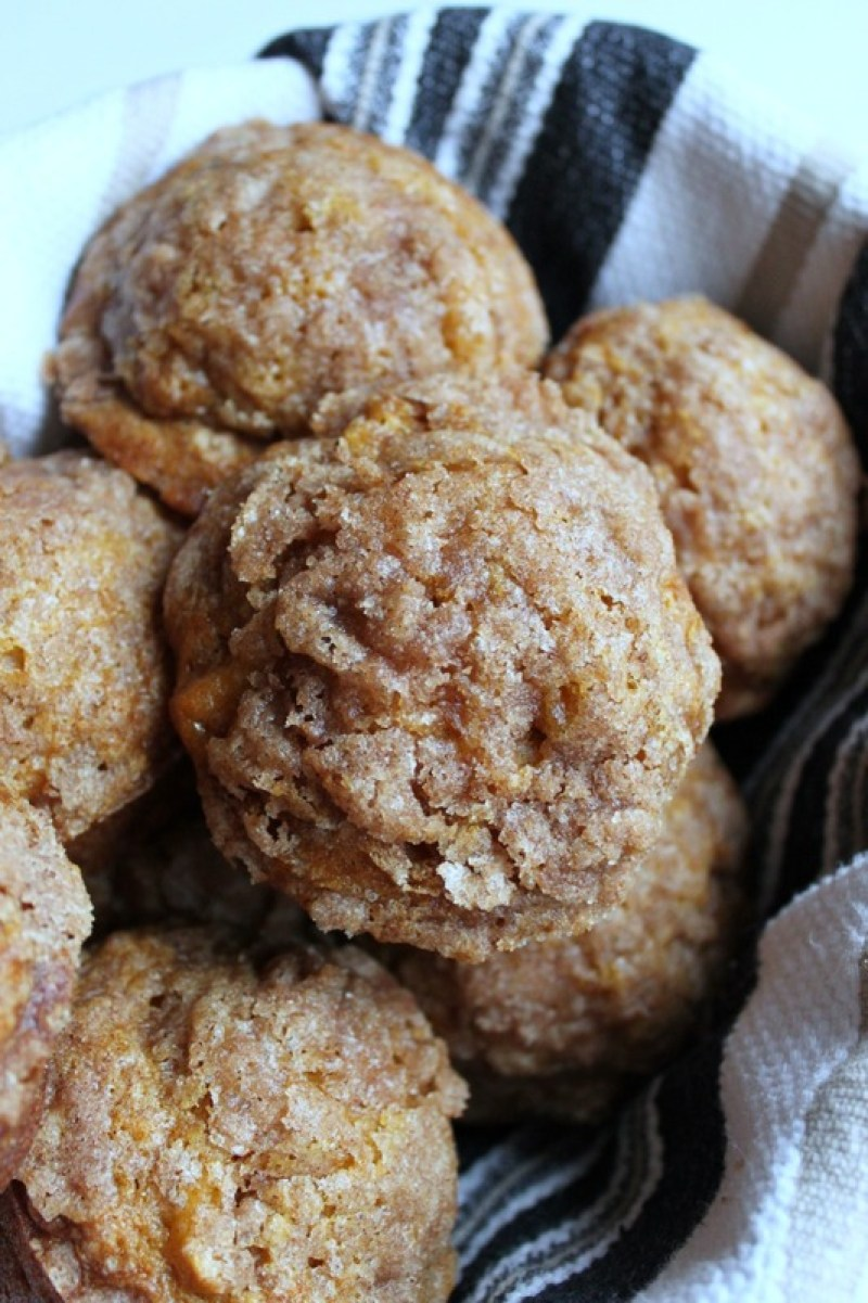 Pumpkin apple streusel muffins are mouth watering and make the perfect breakfast, or afternoon snack. Grab one as you walk out the door for a quick snack! #muffins