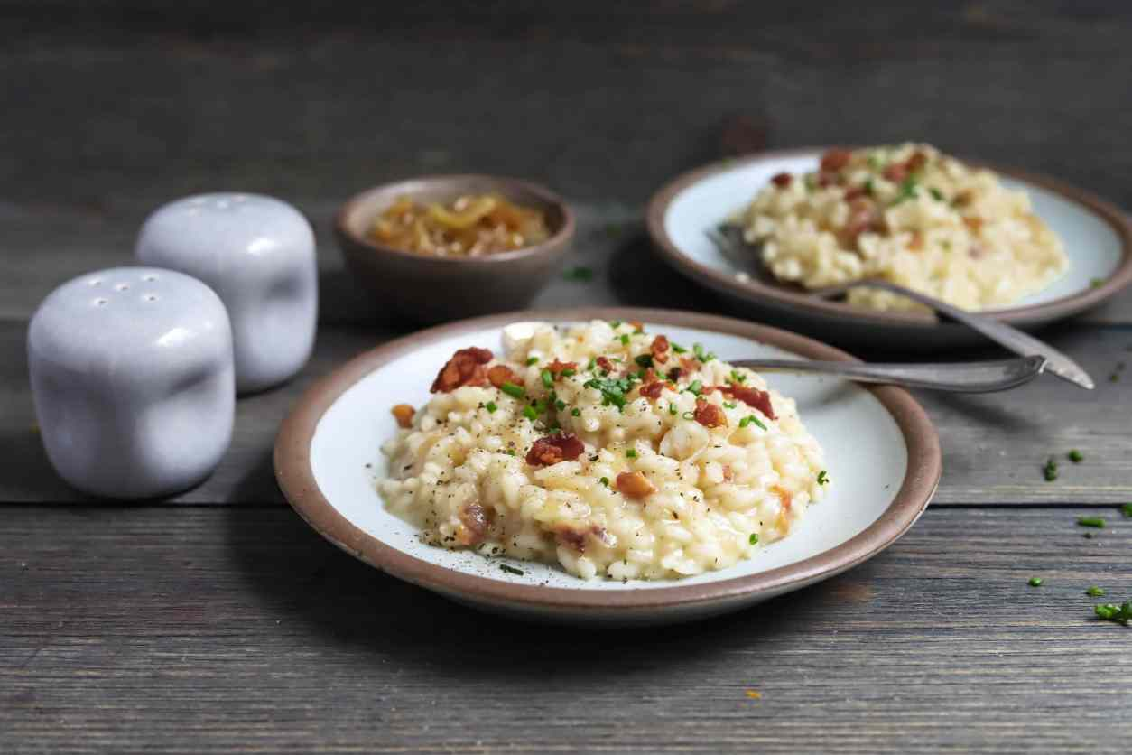 creamy parmesan risotto mixed with savory caramelized onions and salty bacon is the perfect meal for date night in. wine pairings with risotto are also included! caramelized onion, bacon, and parmesan risotto with wine pairings | a flavor journal food blog