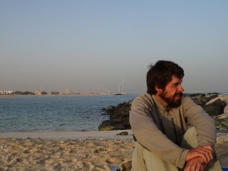 23. Réveil à Dubai, voyageur qui baille.