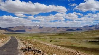 Le lac de Tso kar se dessine au loin