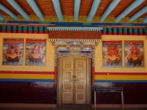 Sous le porche d'un monastère