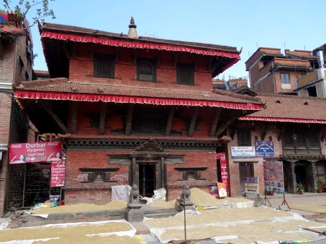 Séchage du riz sur la place des temples