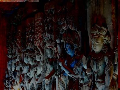 Poutres sculptées des temples écroulés