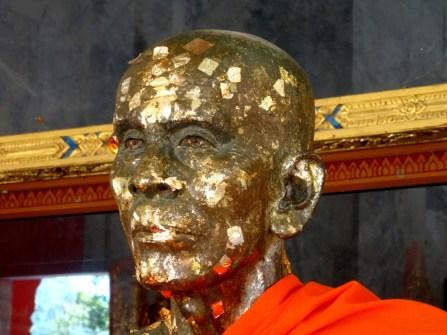 Statue recouverte de feuilles d'or
