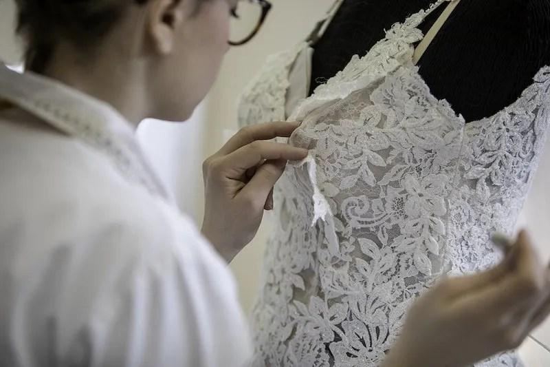 lavorazione abito sposa sartoriale