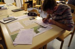 Géographe en licence dessinant une carte