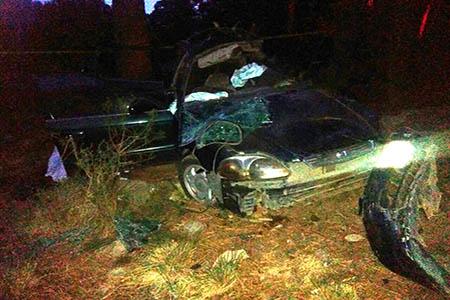 El auto dio varias vueltas antes de caer.