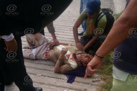 Paramédicos atendieron al hombre y lo trasladaron a un hospital.