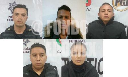 Los policías y el delincuente se encuentran detenidos en Neza.