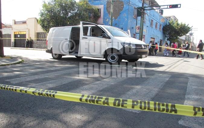 La camioneta recibió varios impactos.
