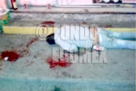 Los hombres fueron atacados cuando bebían en la calle.